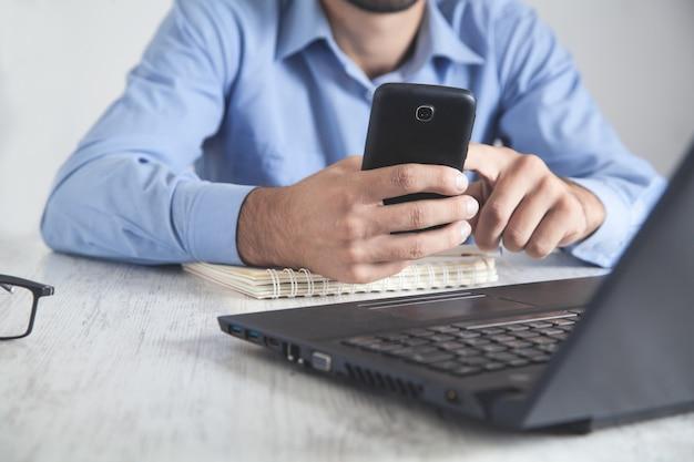 Humanos con smartphone. trabajando en la oficina