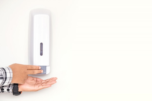Humanos usando desinfectante para manos