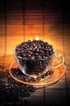 Humeante taza de café en llamas