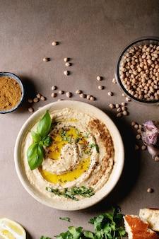 Hummus con aceite de oliva y comino molido.