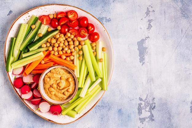 Hummus con varias verduras crudas frescas
