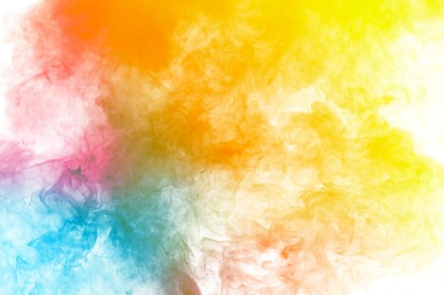Humo abstracto multicolor flotando en el aire