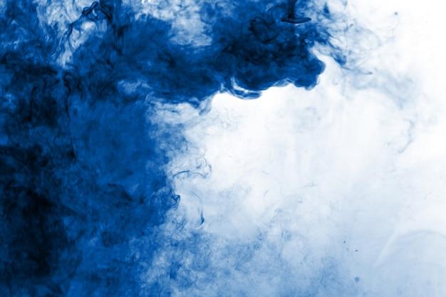El humo azul abstracto fluyó fondo