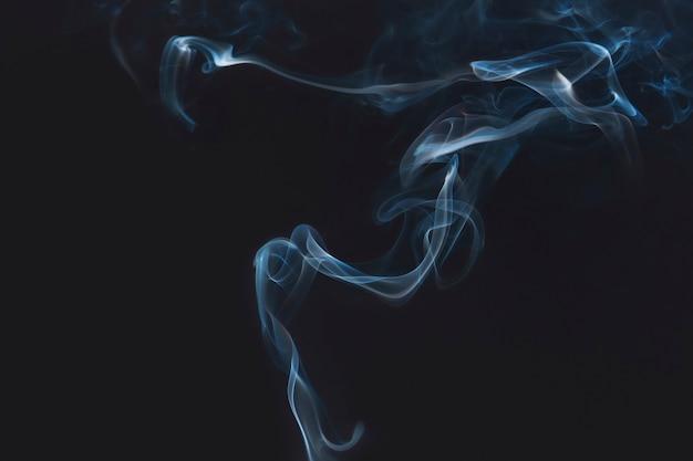Humo azul sobre fondo oscuro