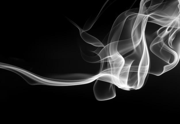 Humo blanco y negro abstracto sobre fondo negro, diseño de fuego