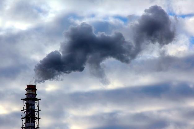 El humo de la chimenea de una empresa industrial en el cielo