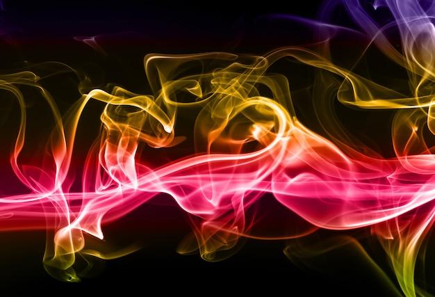 Humo colorido abstracto sobre fondo negro
