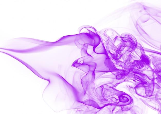 Humo denso, humo púrpura abstracto sobre fondo blanco.