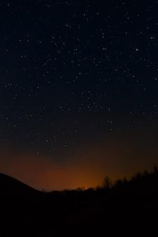Humo de un fuego sobre un fondo de cielo nocturno.