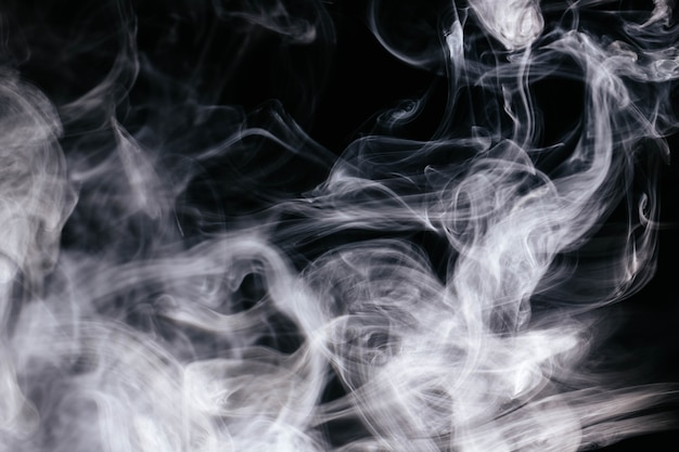 Humo ondulado blanco sobre fondo negro