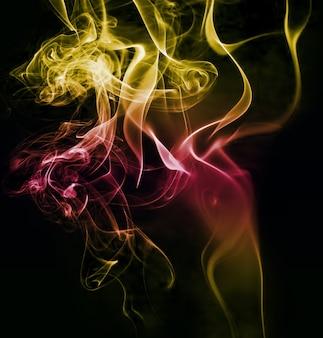 Humo ondulante brillante colorido sobre fondo negro