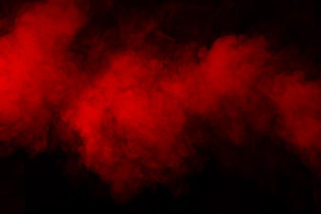 Humo rojo sobre fondo negro