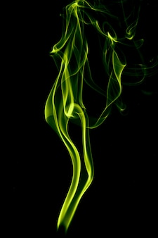 Humo verde sobre negro