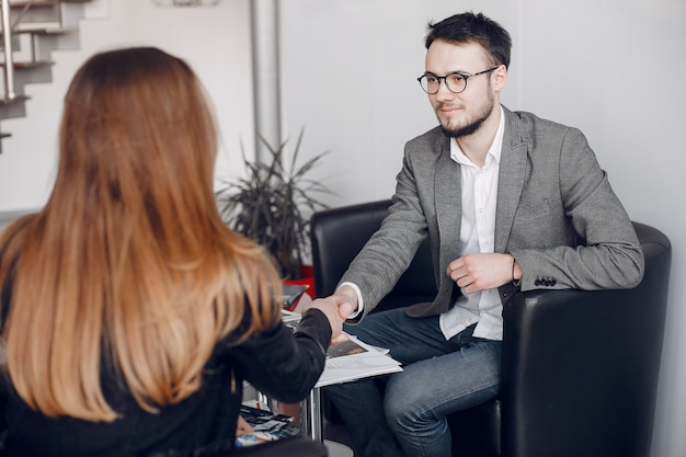 Hundsome empresarios trabajando con clientes.