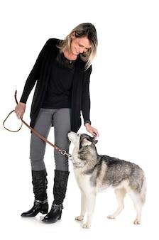 Husky siberiano y mujer