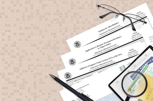 I-130 petición de pariente extranjero, i-485 solicitud de registro de residencia permanente y i-864 declaración jurada de manutención
