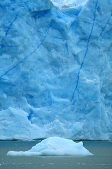Iceberg flotando en el lago argentino con el glaciar perito moreno, el calafate, patagonia, argentina
