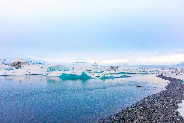 Icebergs en laguna glaciar, islandia