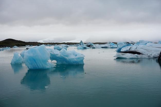 Icebergs en la laguna glaciar jokulsarlon. parque nacional vatnajokull, islandia.