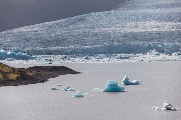 Icebergs en la laguna, islandia, parte del parque nacional glaciar.
