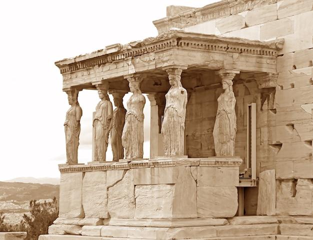 Icónico pórtico de cariátides del antiguo templo griego erechtheum en la acrópolis de atenas, grecia en sepia