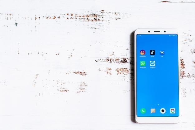 Icono de la aplicación de redes sociales en la pantalla del teléfono inteligente