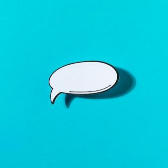Icono blanco de la charla del discurso de la burbuja en fondo azul