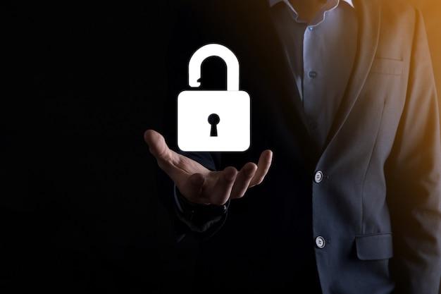 Icono de candado abierto en la palma de su mano, desbloqueando un candado virtual. concepto de negocio y metáfora tecnológica para