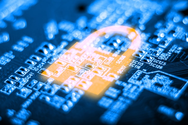 Icono de candado brillante en la placa electrónica con un microchip. concepto de tecnología de seguridad de la información.