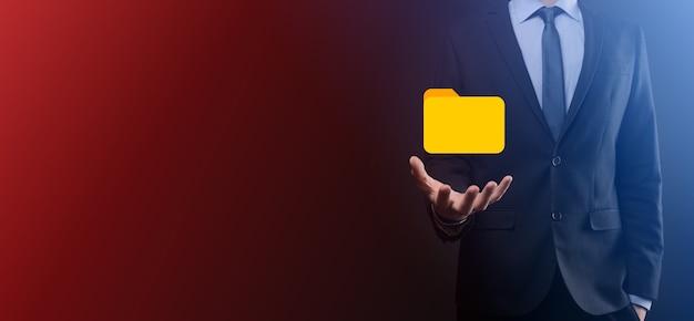 Icono de carpeta de retención de empresario.el sistema de gestión de documentos o la configuración de dms por un consultor de ti con una computadora moderna están buscando información de gestión y archivos corporativos.