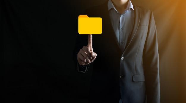 Icono de carpeta de retención de empresario. el sistema de gestión de documentos o la configuración de dms por un consultor de ti con una computadora moderna están buscando información de gestión y archivos corporativos.