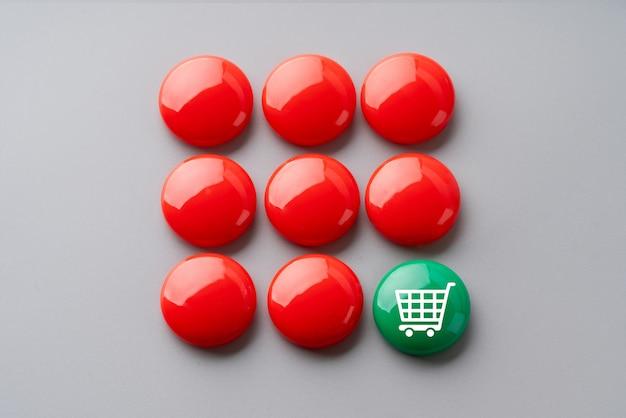 Icono de compras en línea en cubo de rompecabezas de colores