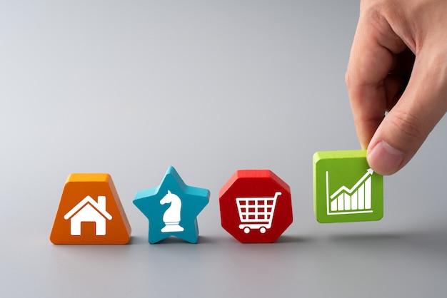 Icono de compras en línea en rompecabezas colorido para concepto global