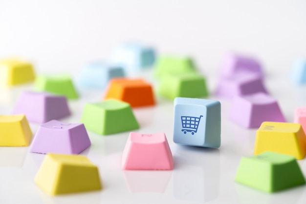 Icono de concepto de estrategia comercial, marketing y compras en línea en el teclado de la computadora