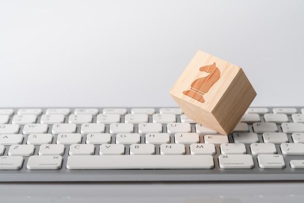 Icono de concepto de estrategia de negocios, marketing y compras en línea en el teclado del cubo y la computadora