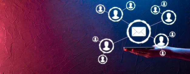 Icono de correo electrónico y usuario, signo, símbolo de marketing o concepto de boletín informativo, diagrama. envío de correo electrónico. correo masivo. concepto de marketing de correo electrónico y sms. esquema de venta directa en empresas. lista de clientes para enviar por correo.