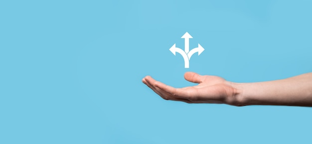 Icono de explotación de mano masculina con icono de tres direcciones