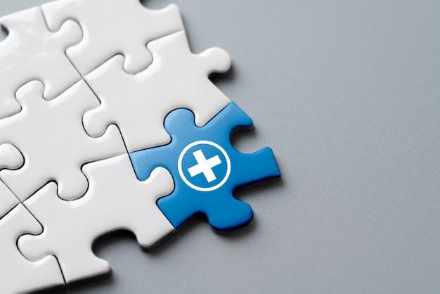 Icono médico en rompecabezas para atención médica global