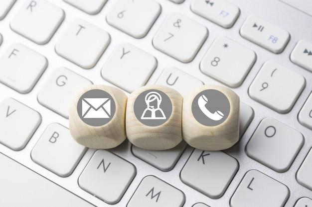 Icono de negocios y comercio electrónico en el botón del teclado de la computadora