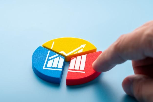Icono de negocios y estrategia en colorido rompecabezas