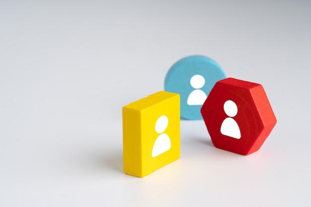 Icono de negocios y recursos humanos en rompecabezas de colores