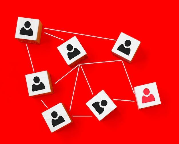Icono de persona de pantalla de impresión de bloque de cubo de madera que enlaza la red de conexión para la estructura de la organización, la red social y el concepto de trabajo en equipo.