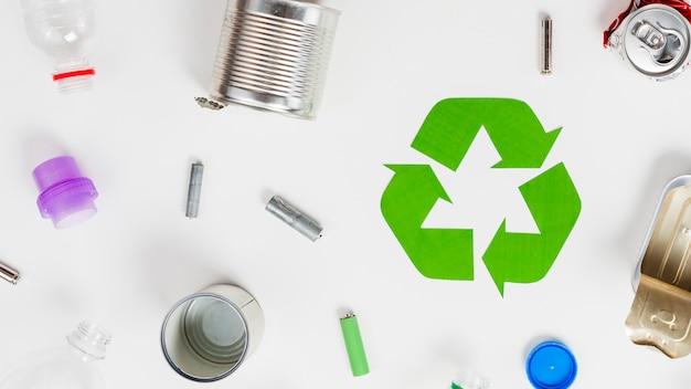 Icono de reciclaje alrededor de la basura diferente.