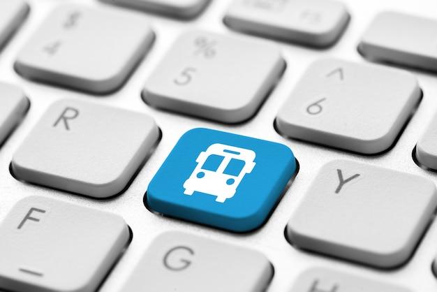 Icono de viaje en el teclado de la computadora para el concepto de reserva en línea
