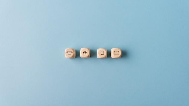 Iconos de contacto y comunicación en dados de madera