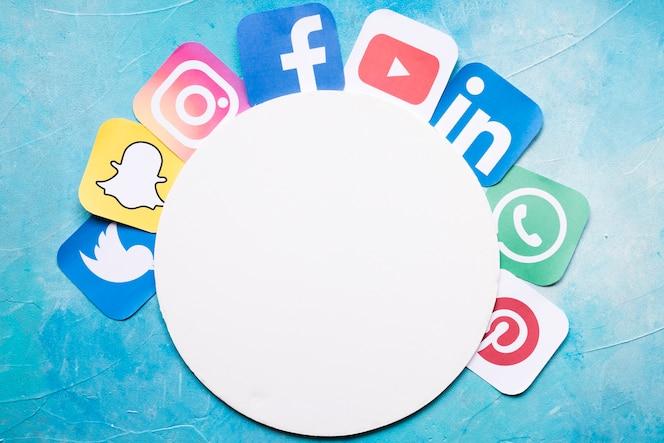 Iconos de aplicaciones de teléfonos móviles dispuestos alrededor de papel blanco circular