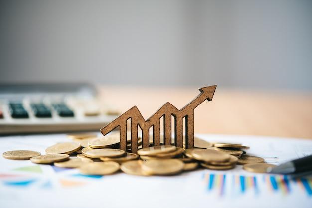 Iconos del gráfico colocados en monedas-concepto de objetivos comerciales.