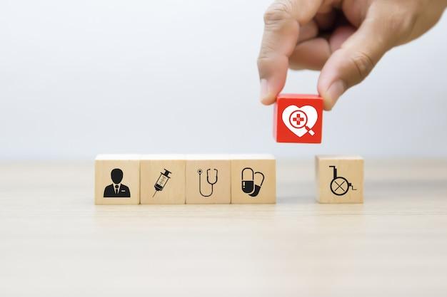 Iconos de gráficos médicos en bloques de madera.