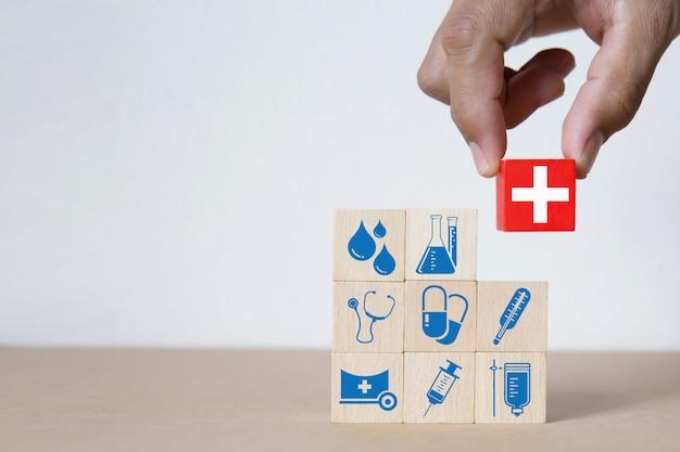 Iconos de gráficos médicos y de salud en bloques de madera.