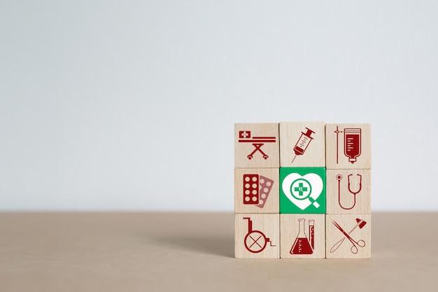 Iconos médicos y de salud bloques de madera de juguete.